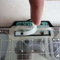 (1) Ao desmontar o teclado, remova com cuidado a borracha de pressão. É ela quem une os contatos das membranas quando o teclado está parafusado.