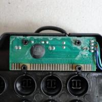 (2) A placa de circuito impresso apresentava sujeira. Então, limpei com álcool isopropílico. Mas este passo é dispensável. Neste ponto o teclado já se encontra também sem as borrachas brancas de contato existente em cada tecla. Elas já estão guardadas.