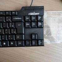 (9) Agora, a tampa traseira já está parafusada. Parte da membrana está para fora do teclado.