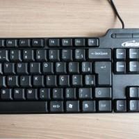 (14) O teclado já tem condição de uso. Se desejar, clique na foto para ver. Vamos agora ao acabamento e à perfumaria.