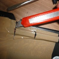 (19) Agora, com um estilete e muito cuidado, vá passando várias vezes a lâmina nas laterais existentes entre as marcações. CUIDADO! A membrana está logo abaixo e se você a ferir, todo o trabalho estará perdido. Faça com calma e mantenha a lâmina na horizontal (não a incline para baixo).
