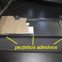 (25) No fim, como a membrana ficou por baixo e com fita adesiva, achei que o teclado ficou muito escorregadio sobre a mesa. Então, coloquei três pezinhos de borracha adesiva. Isso você compra em qualquer loja de ferragem. Eu tinha uns que comprei na Leroy Merlin. Vem um monte numa embalagem pequena.
